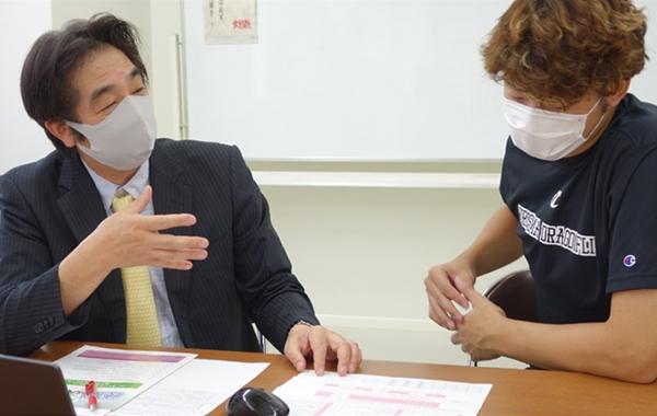 日々の生活習慣がパフォーマンスに繋がることを森山選手に説明する田中学部長