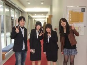 (左から学生広報スタッフの神田くん、新入生の藤井さん、藤本さん、吉竹です)