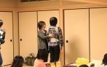 よい姿勢についてレクチャーする平元講師(写真左)