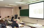 骨粗しょう症の発症原因や予防法を分かりやすく説明する福山講師