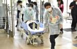 本番さながら病院に搬送される患者役の学生
