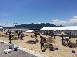 山状に集めた砂でサンドアートにチャレンジ