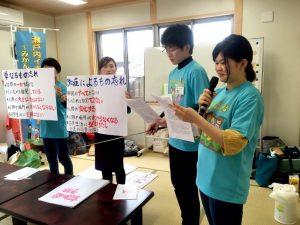 手作りの紙芝居を用いて説明する学生たち