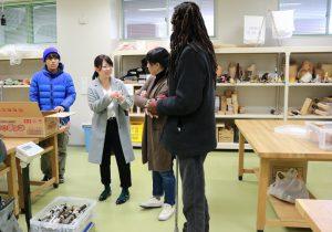 準備したパーツの説明をするプロジェクト代表の岡田華子さん(義肢装具学専攻3年)