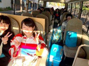 バスで豊浜親水公園へ移動するメンバー