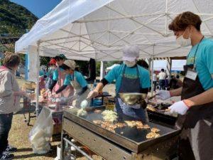 学生が試食会を企画・運営し、自ら調理して提供